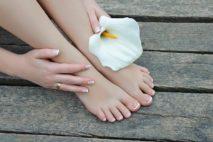 Почему зудит и шелушится кожа на ступнях ног