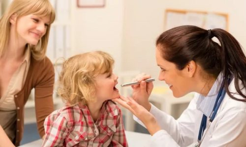 Если у ребенка врожденная цитомегаловирусная инфекция, то могут быть проблемы со зрением вплоть до слепоты. Появляются судороги, дрожание ручек и ножек, ребенок может отставать в умственном и физическом развитии