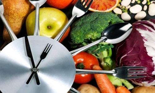 Больному с лишним весом, наличием других нарушений в момент обострения болезни придется менять питание и режим дня